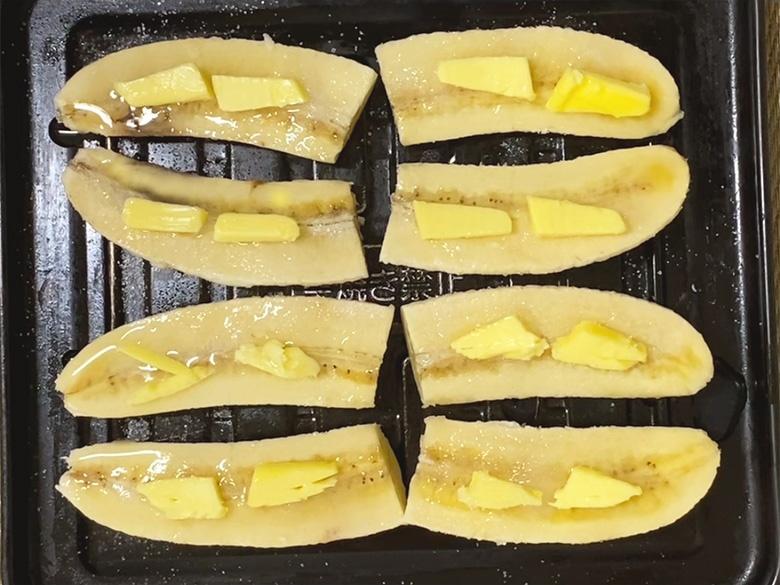 にんにくチップ2gをバナナの上にかけて、オーブントースターで焼く
