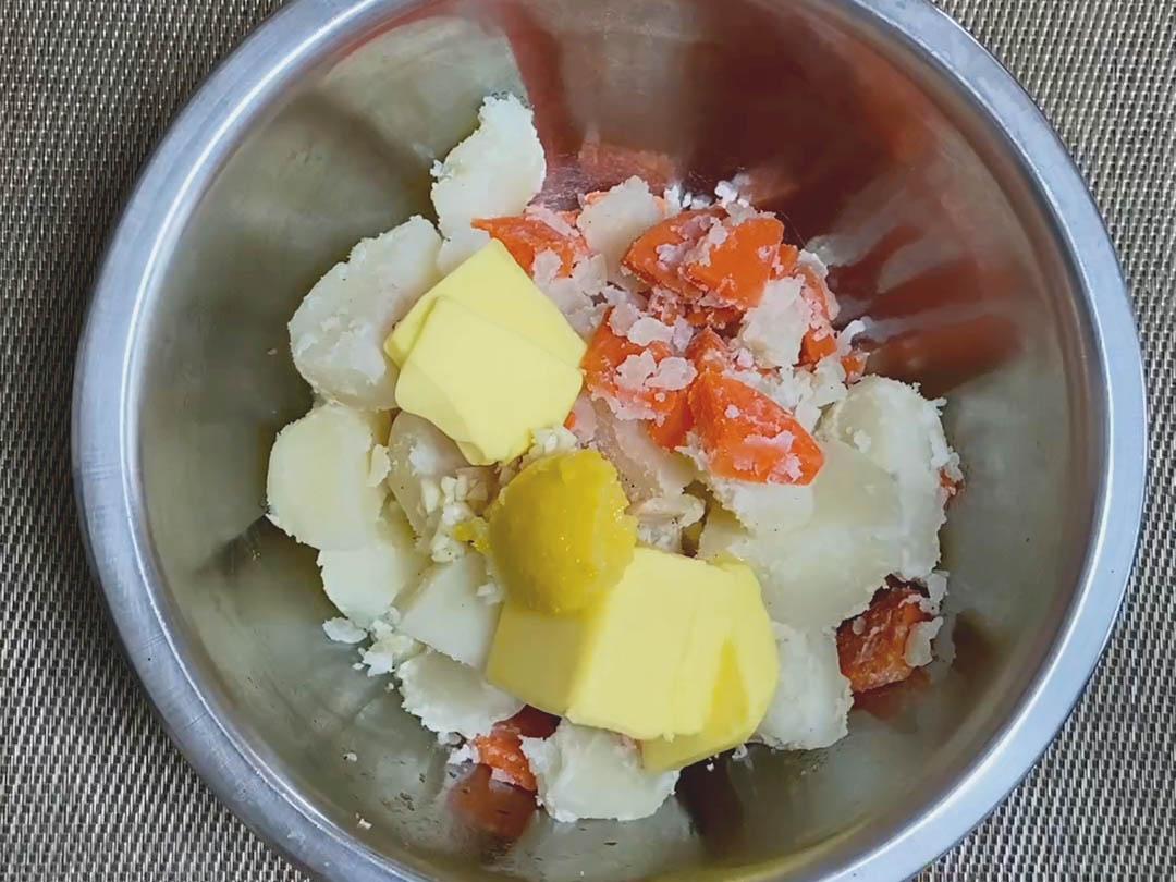 バター、にんにくのみじん切り、にんにく塩柚子を加える