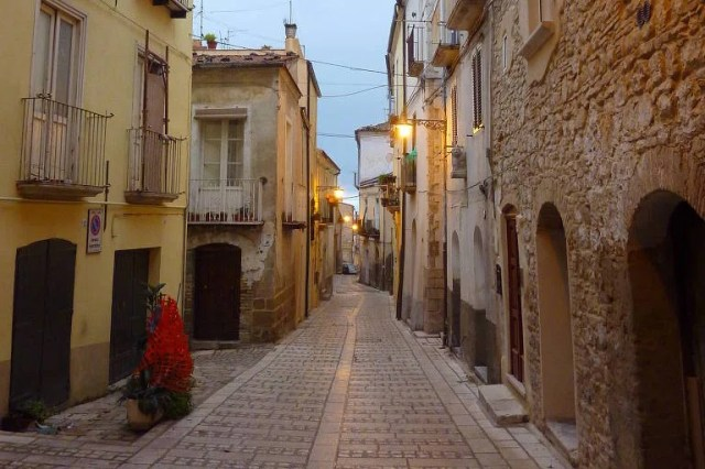 Rua de Larino, na região de Molise, na Itália