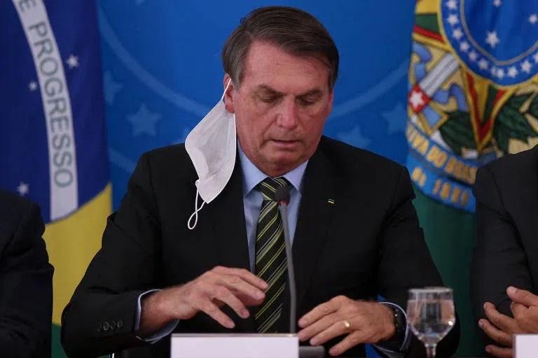 No dia 18 de março, Bolsonaro colocou e retirou várias vezes a máscara durante entrevista a jornalistas para falar sobre medidas do governo pra conter a epidemia de Coronavírus