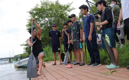 万代高カヌー部を指導するオリンピアン・當銘孝仁選手