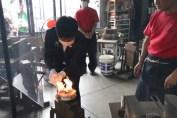 滝沢市長が点火棒を近づけて採火