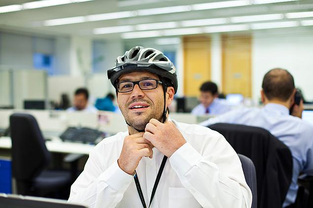 Igor Osch Simões pedala até o trabalho e tenta convencer os colegas a fazer o mesmo, mas não consegue