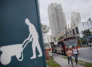 SAO PAULO, SP, BRASIL, 29-03-2011: Pedestres passam ao lado de grafismo em tapume das obras de um predio residencial na esquina das ruas Faustolo e Aurelia, na Lapa, zona oeste de Sao Paulo, nesta tera-feira (29). (Foto: Gabo Morales/Folhapress, IMOVEIS) f