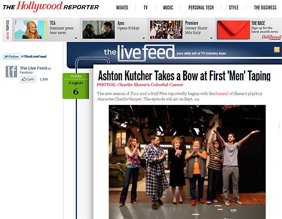"""Ashton Kutcher (à dir.) com o resto do elenco de """"Two and a Half Men"""" em sua primeira gravação do seriado"""