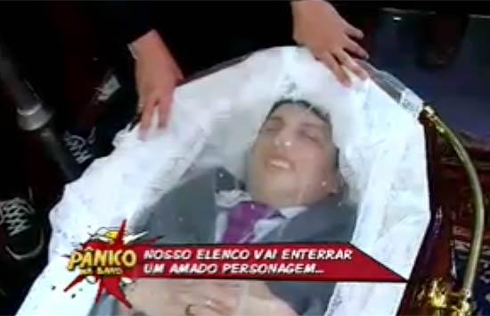 Ceará caracterizado como Silvio Santos dentro de um caixão