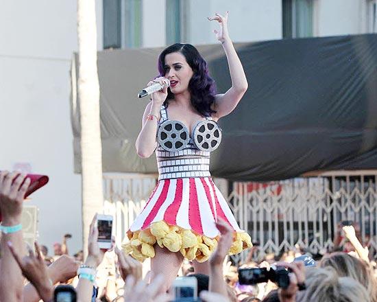 Cantora Katy Perry com um de seus bustiês malucos e perigosos