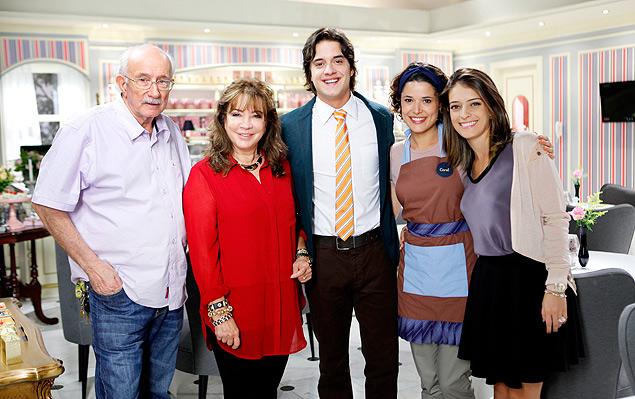 Íris Abravanel (vermelho) e Reynaldo Boury (esq.), com os atores Guilherme Boury, Manuela do Monte e Lisandra Parede