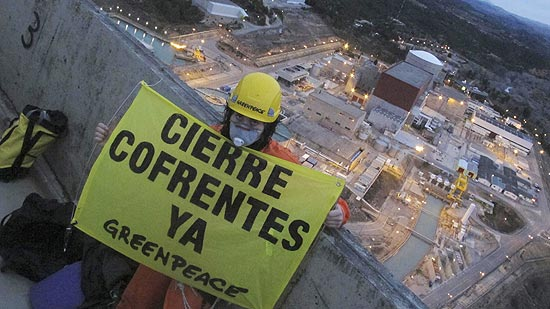Ativista segura banner que pede fechamento de usina; Greenpeace queria denunciar falta de segurança