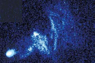 Imagens captadas pelo Hubble mostram clarões e trilhas formadas no fenômeno da passagem de estrelas jovens em alta velocidade em meio a nuvens de gás interestelar