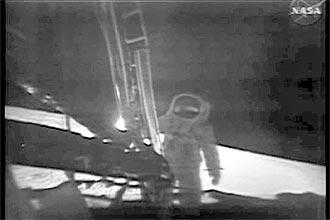 Trecho do vídeo restaurado a partir de cópias secundárias, divulgado ontem pela Nasa; fita original foi apagada, informou agência