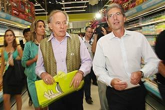 Minc, ministro do Ambiente; e Jean-Marc Pueyo,  diretor-superintendente do Carrefour Brasil, em anúncio oficial