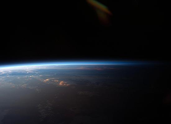 """""""Linha divisória"""" mostra onde termina a parte do planeta Terra e começa a escuridão do Cosmos"""