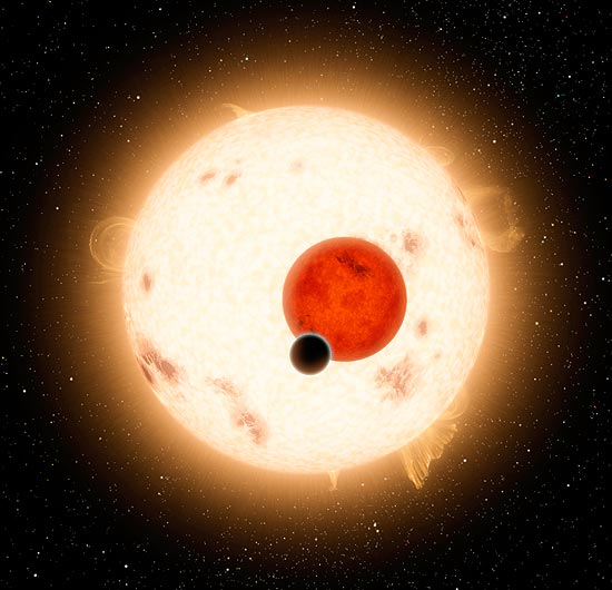 Os astrônomos estudaram a relação gravitacional entre os três objetos celestes ao mesmo tempo