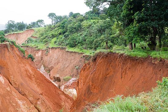A voçoroca é uma cratera provocada por desmate e por más práticas agrícolas que atingem o lençol freático