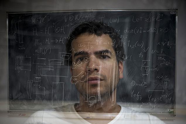 Artur Avila, em Paris, em foto que usou técnica de múltipla exposição