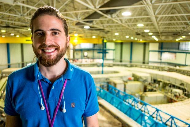 Henrique, 27, um dos jovens envolvidos no mais sofisticado empreendimento tecnológico já concebido no Brasil: o acelerador de partículas do tipo síncrotron Sirius. Crédito: Felipe Larozza/ VICE
