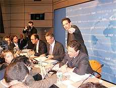 Jornalistas e economistas durante coletiva de imprensa na sede do FMI, em Washington