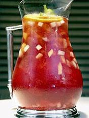 Claret up servido no hotel Savoy, em Londres, é bebida tradicional