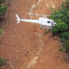 Helicóptero sobrevoa região atingida por deslizamentos de terra em Santa Catarina