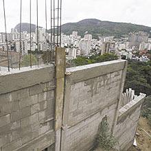 Muro construído no morro Dona Marta; no total, obras custarão R$ 40 milhões