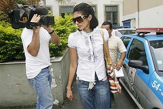 A jovem Kally Samara Carvalho dos Santos, em 2009, na saída da 10ª DP do Rio, em Botafogo