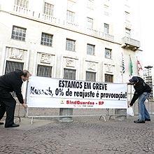 Em greve, guardas civis metropolitanos protestam em frente à sede da prefeitura