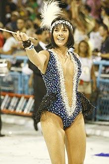 Grávida, a apresentadora Adriane Galisteu foi a rainha da bateria da Unidos da Tijuca
