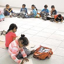 Alunos de escola estadual de SP se sentam no chão, devido à falta de carteiras
