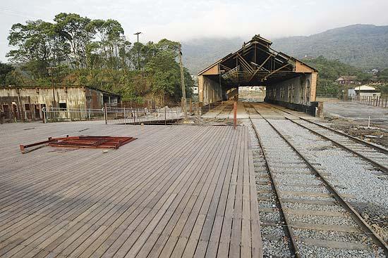 Instalações da nova plataforma de desembarque do trem turístico de Paranapiacaba; inauguração atrasa