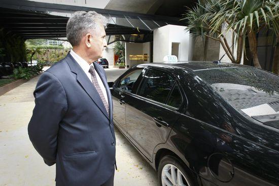 Antônio Gambim, 62, ao lado de seu táxi de luxo, no hotel Tivoli Mofarrej, em SP; carros deverão ter airbag e ABS