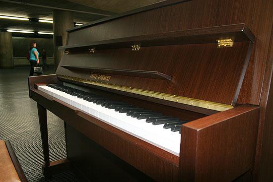 Piano da fabricante Fritz Dobbert na estação Sé do metrô; usuários podem usar o instrumento das 4h40 à 0h