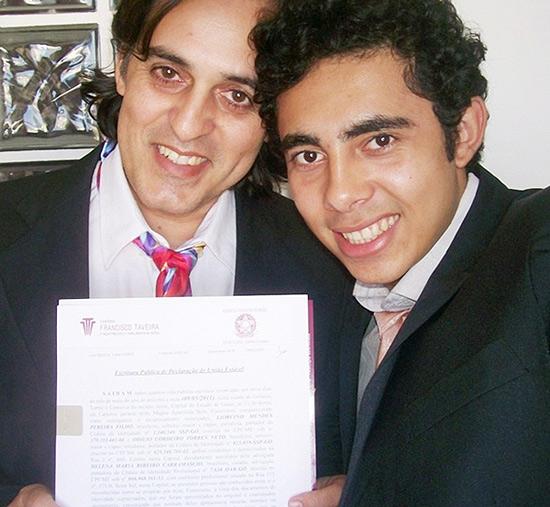 Liorcino Mendes, 47, e Odílio Torres, 23, que vivem juntos há mais de um ano, no dia em que registraram sua união estável