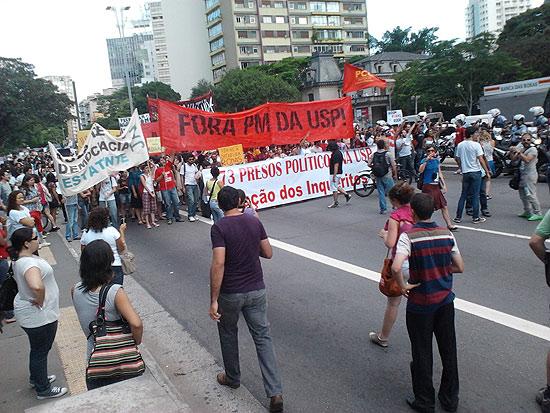 Estudantes protestam na avenida Paulista contra a presença da PM na USP