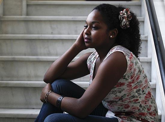 Ester Cesário, 19, que acusa chefe de ter mandado que ela alisasse os cabelos crespos para trabalhar