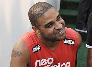 O jogador Adriano comemorando o título do Corinthians
