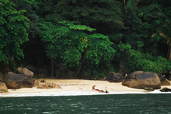 Vista da praia do Sangava, no Guarujá, no litoral sul de São Paulo