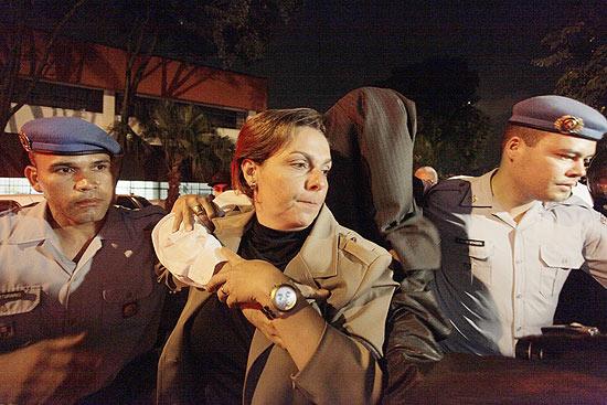 Mizael chega ao IML para exame de corpo de delito e esconde o rosto com paletó