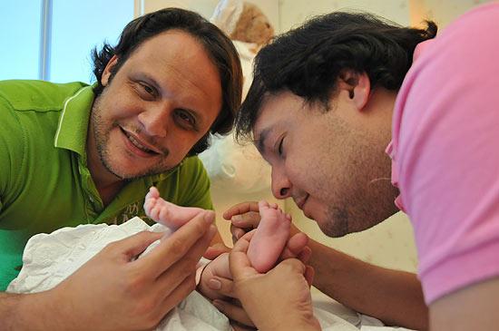 Mailton Albuquerque (verde) e Wilson Albuquerque, casal homossexual que registrou a filha em Pernambuco