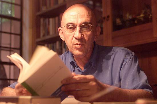 """O sociólogo Antônio Flávio Pierucci, que editou a tradução do livro """"A Ética Protestante e o 'Espírito' do Capitalismo"""", do sociólogo alemão Max Weber."""
