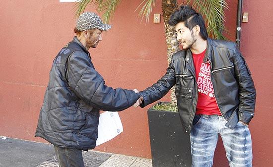Moradores de rua Rejaniel de Jesus Silva Santos é cumprimentado por Daniel Uemura, sócio do Hokkai Suchi