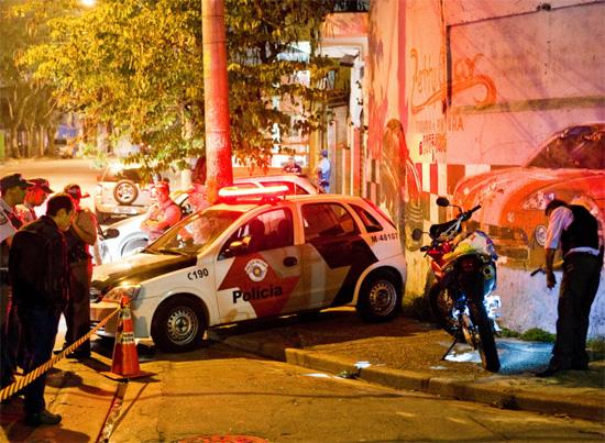 Policial pericía moto de PM morto a tiros na Vila Nova Curuçá, zona leste de SP, na noite de quinta-feira (25)