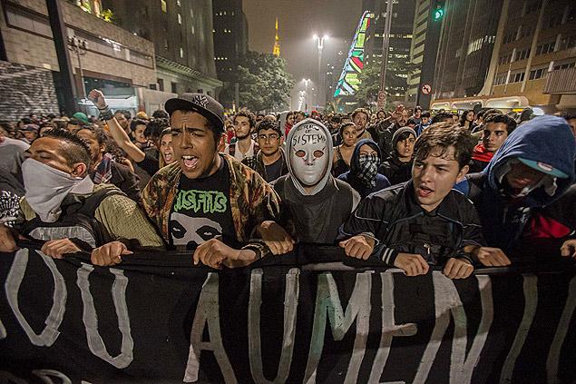 Jovens durante a manifestação contra o aumento da tarifa nas ruas de SP; polícia diz que PSOL recruta 'punks' para os protestos
