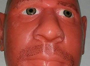 A máscara que imita o rosto de funcionário do governo paraibano