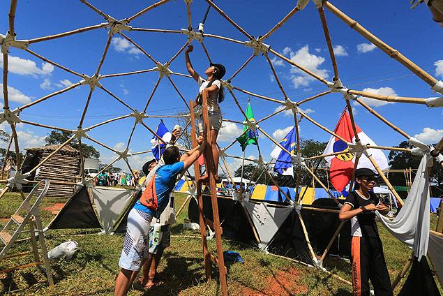 Jovens montam barraca em evento da Igreja Adventista no Parque do Peão, em Barretos