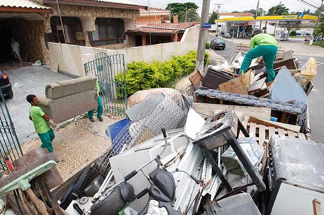 Funcionários da Prefeitura de Campinas (SP) recolhem entulho em operação para combater de proliferação do Aedes aegypti