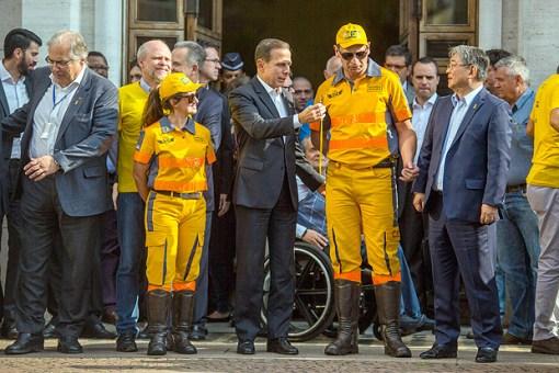 João Doria com agentes de trânsito durante evento de entrega de motos doadas à CET