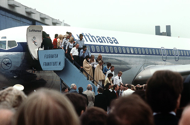 """*** ALTA*** Some of the liberated hostages, partly covered with sheets, leave the Lufthansa aircraft """"Cologne"""" in Frankfurt am Main on the 18th of October in 1977 in Frankfurt am Main. The Lufthansa aircraft """"Landshut"""" with more than 80 travellers on board was hijacked by four terrorists five days ago during the flight from Mallorca to Frankfurt. After an odyssee via Rome, Cyprus, Dubai and Aden, the hostages were liberated by the German elite unit GSG-9 in Mogadishu/Somalia. PHOTO HEINZ WIESELER / DPA / AFP ***DIREITOS RESERVADOS. NÃO PUBLICAR SEM AUTORIZAÇÃO DO DETENTOR DOS DIREITOS AUTORAIS E DE IMAGEM***"""