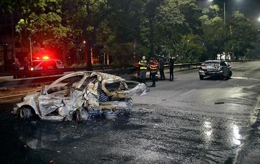 SÃO PAULO,SP,14.07.2017:ACIDENTE-SP - Acidente envolvendo dois veículos deixa um morto na Avenida dos Bandeirantes, Zona Sul de São Paulo (SP), na madrugada desta sexta-feira (14). De acordo com o Corpo de Bombeiros, o comissário de bordo Alexandre Storian, de 43 anos, morreu carbonizado após o veículo em que estava pegar fogo. O outro motorista envolvido fugiu sem prestar socorro. A vítima estava acompanhada da mulher, a caminho do Aeroporto de Congonhas, onde trabalha, quando o carro que ocupavam foi atingido por outro. (Foto: Edu Silva/Futura Press/Folhapress) *** PARCEIRO FOLHAPRESS - FOTO COM CUSTO EXTRA E CRÉDITOS OBRIGATÓRIOS ***