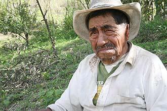"""José Medina, 112, parou de beber sistematicamente aos 106 anos, mas de vez em quando ainda toma """"um puro"""" (aguardente)"""